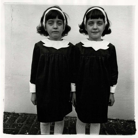 Jumelles identiques, Roselle, N.J. 1967 Copyright © The Estate of Diane Arbus